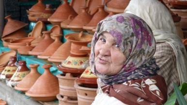 in certe zone del mercato si vedono vecchie signore vestite diversamente dalle donne di Tangeri; sono le contadine che arrivano dalla campagna per vendere i propri prodotti.