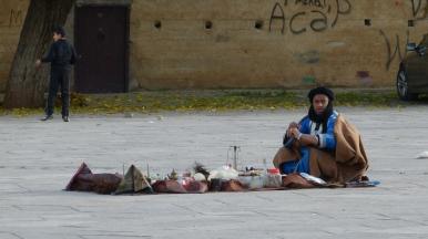 Gli incantatori di serpenti e i venditori di medicine tradizionali hanno fatto delle piazze marocchine il loro teatro quotidiano.